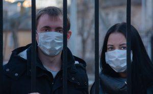 Coronavirus: Mann und Frau mit Maske